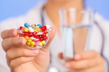 врач держит таблетки в руке