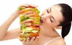 девушка есть большой гамбургер