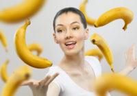 девушка кидает банан