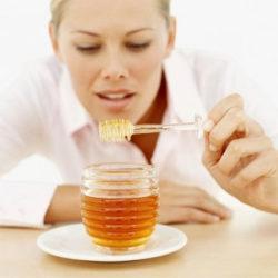 девушка смотрит на мед