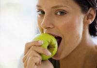 девушка ест яблоко