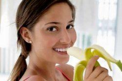 кушает банан