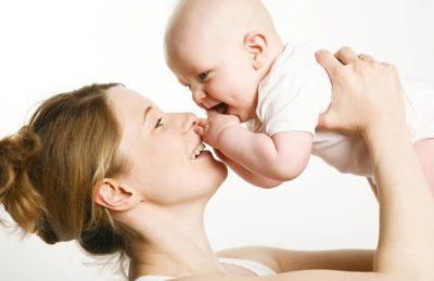 мама держит грудного ребенка