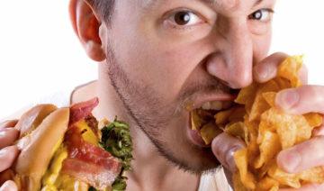 мужчина ест жирную еду