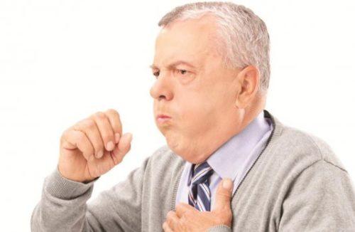 мужчина кашлиет