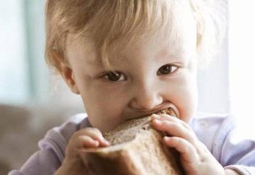 ребенок ест ржаной хлеб