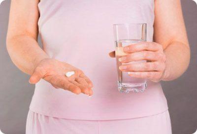 таблетка и стакан с водой