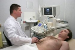 врач делает УЗИ
