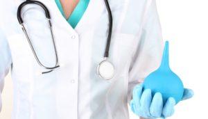 врач держит клизму