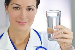 врач держит стакан