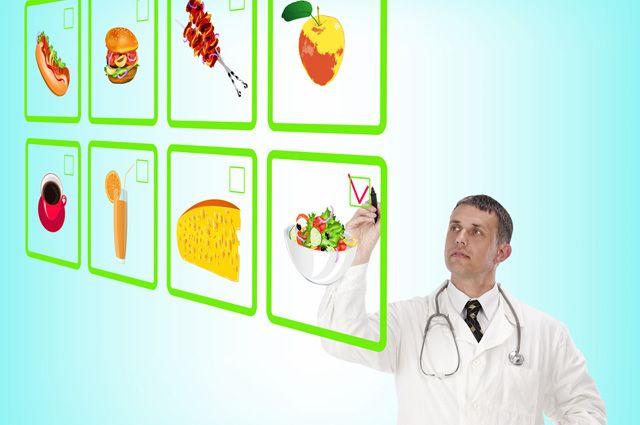 врач отмечает продукты