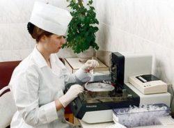 врач исследует кал
