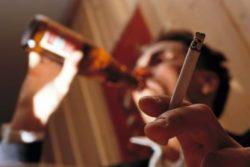 человек курит