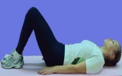 девушка лежит на спине