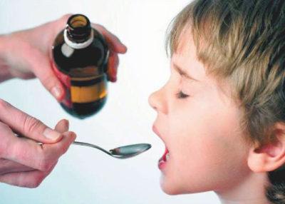 мама даёт лекарство ребенку