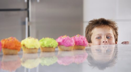 ребенок смотрит на сладости