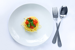 тарелка с вилкой и ложкой