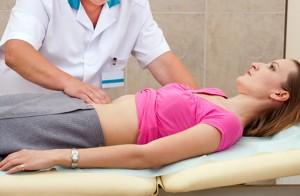 врач осматривает желудок
